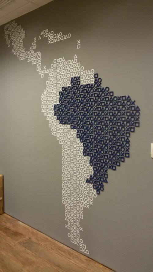Mapa em vinil adesivo e em mdf recortado e pintado