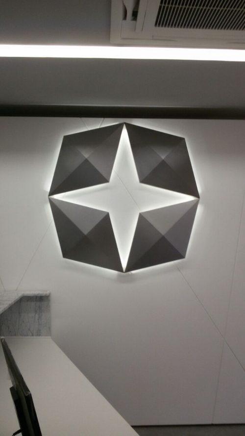 Logotipo interno: aço inox escovado com iluminação indireta por led's