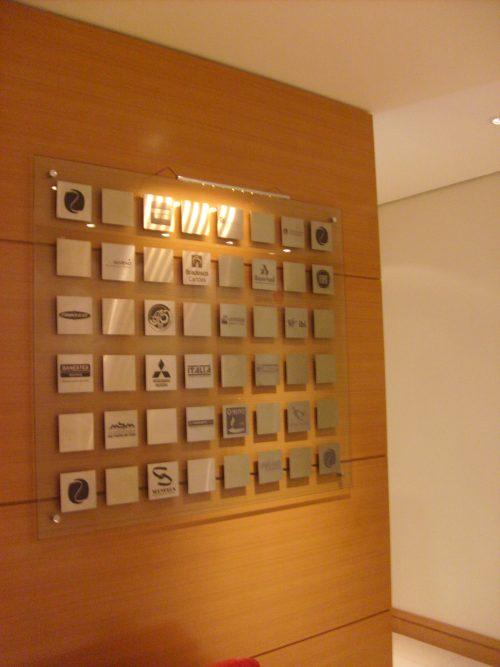 Quadro em vidro com sobreposição de placas em inox quimiogravados