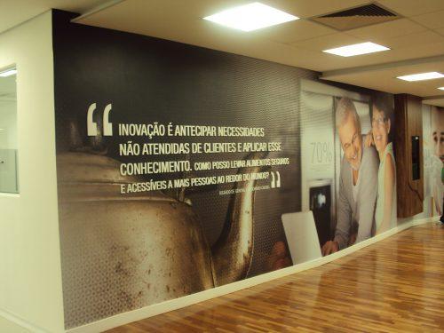 Texto em mdf com vinil impresso aplicado em parede