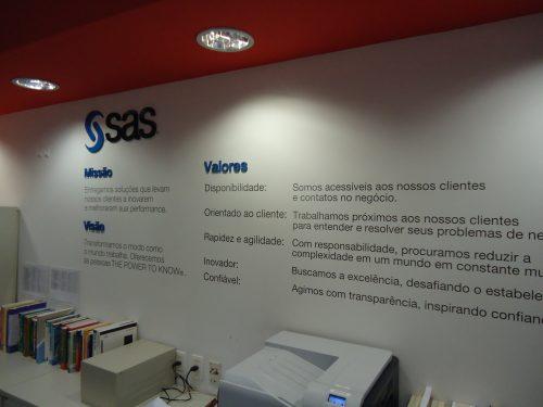 Logotipo, missão, visão e valores em mdf pintado, e textos em vinil recortado