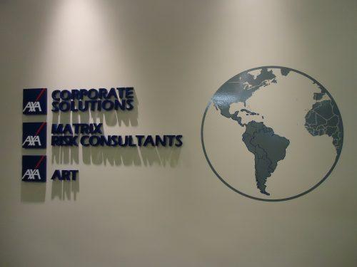 Logotipo e textos em mdf e globo em vinil recortado