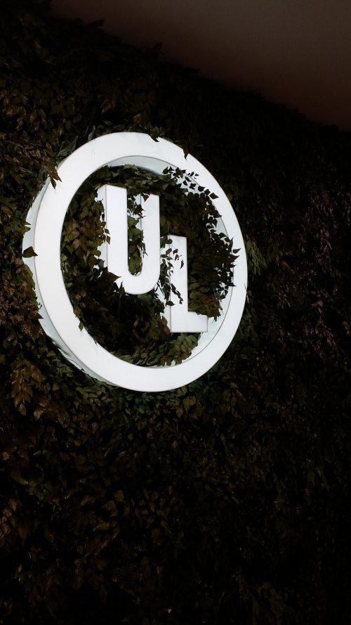 Logotipo interno: acrílico branco com iluminação direta por led's