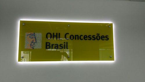 Logotipo interno: painel em vidro com vinil impresso e iluminação indireta por led's