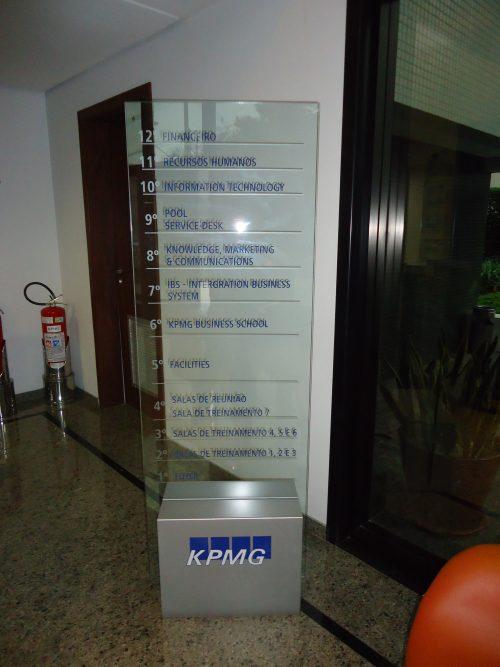 Diretório em vidro com vinil recortado e base em aço galvanizado