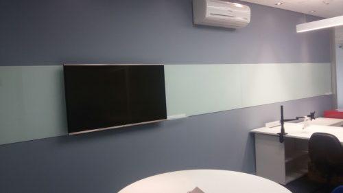 Quadro em vidro temperado pintado pelo verso e colado em parede